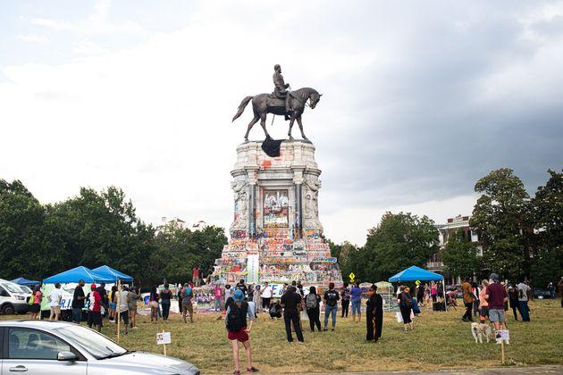 남부연합의 수도였던 리치몬드에 세워진 남부연합군 총사령관 로버트 E. 리 장군의 동상이 낙서로 뒤덮여있다. 주 정부는 이 동상을 조속히 철거하겠다고 약속한 상태다. 리치몬드, 버지니아주....