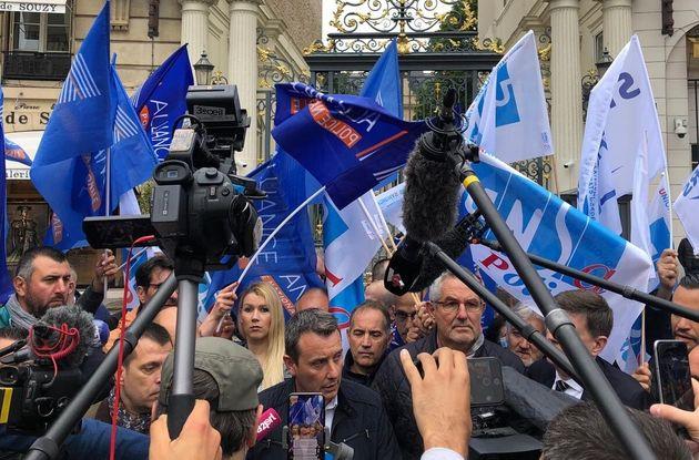 Ce vendredi 12 juin, des délégués syndicaux de la police nationale ont manifesté devant les grilles du...