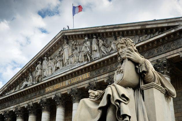 La statue de Jean-Baptiste Colbert devant l'Assemblée nationale à