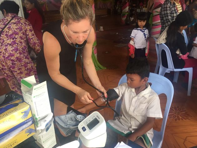 Η Τζέσικα Μάνινγκ με ένα από τα παιδιά που έλαβαν μέρος στην έρευνά της.Seila Suon/Handout via