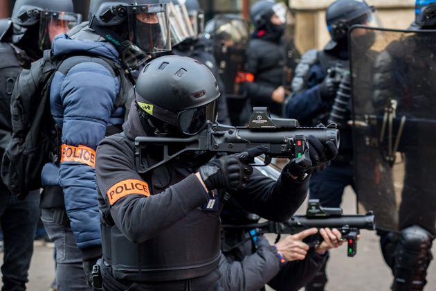 La police armée de LBD lors d'une manifestation contre le projet de réforme des retraites,...
