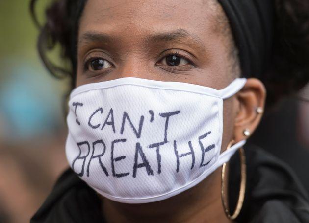 Une femme lors d'une manifestation anti-racisme à