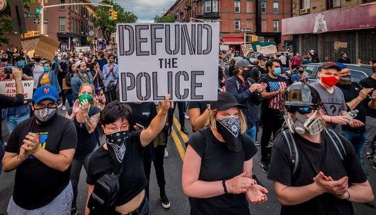 Recortar fondos de la policía: qué significa y cómo podría