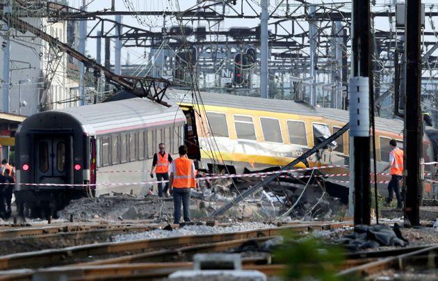 Des sauveteurs sur le site de l'accident de train à la gare de Bretigny-sur-Orge le 12 juillet