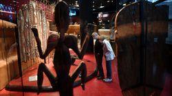 Cinq hommes arrachent une œuvre au musée du Quai Branly pour dénoncer la