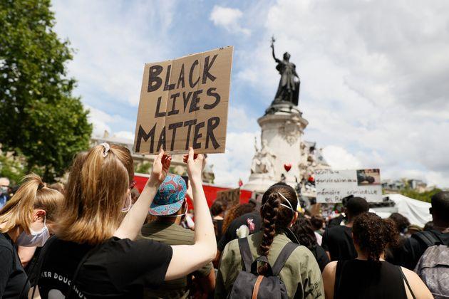 Des manifestants contre le racisme et les violences policières place de la République à...