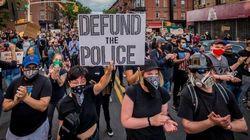 Tagliare i fondi alla polizia: cosa significa e come potrebbe