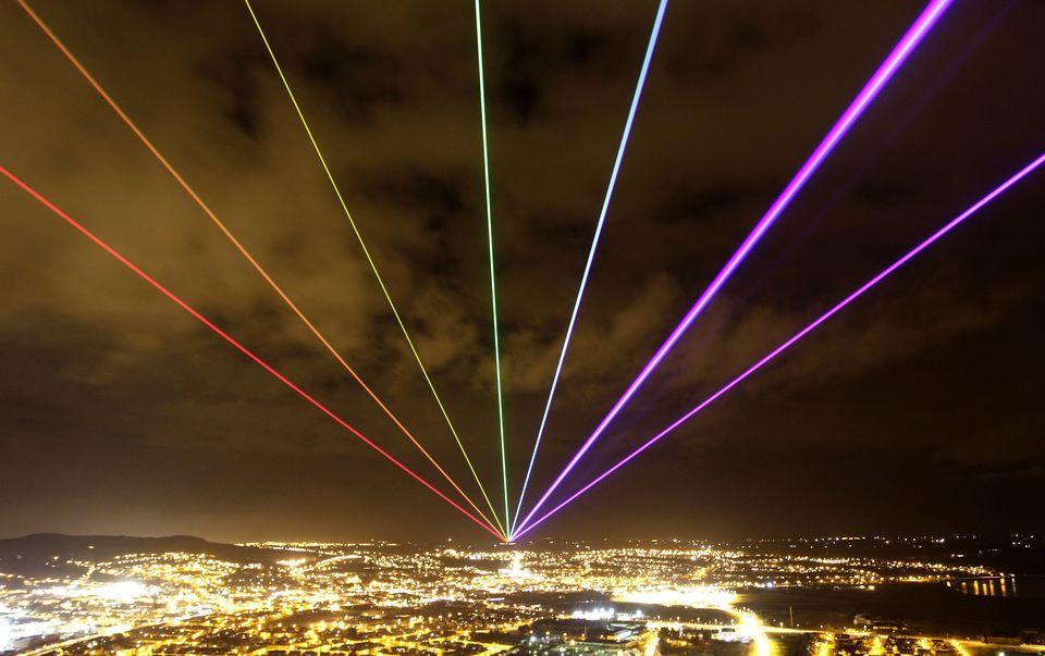 Imagem de quando o 'Global Rainbow' foi projetado no céu da Scrabo Tower, em Newtownards, na Irlanda...