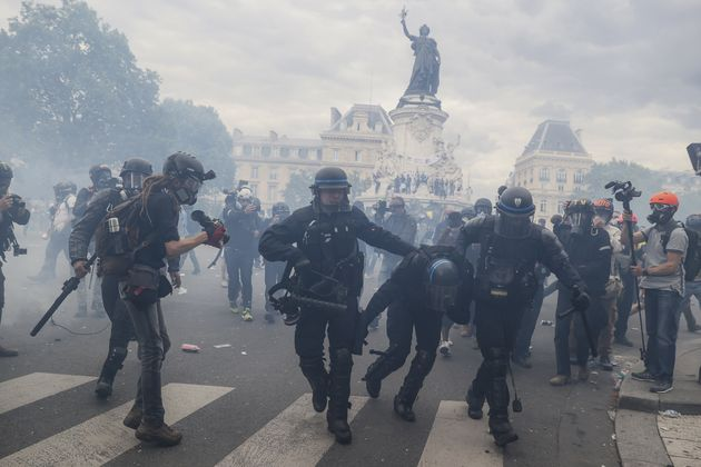 Des incidents entre CRS et manifestants place de la République à Paris, le 13 juin