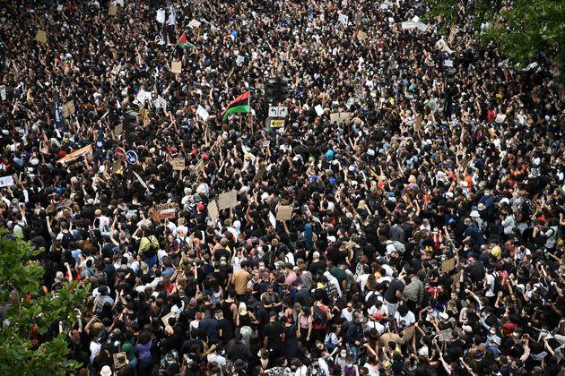 Des manifestants contre les violences policières, place de la République à Paris,...