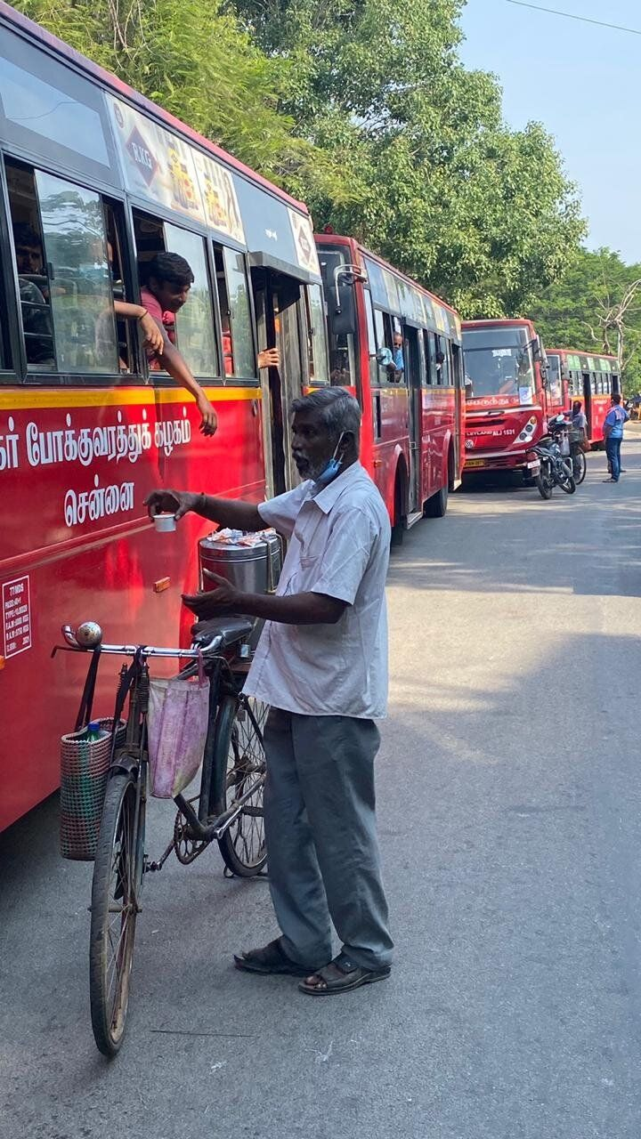 A tea vendor distributing tea to migrant workers in Chennai.