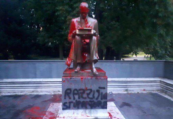 Imbrattata a Milano la statua di