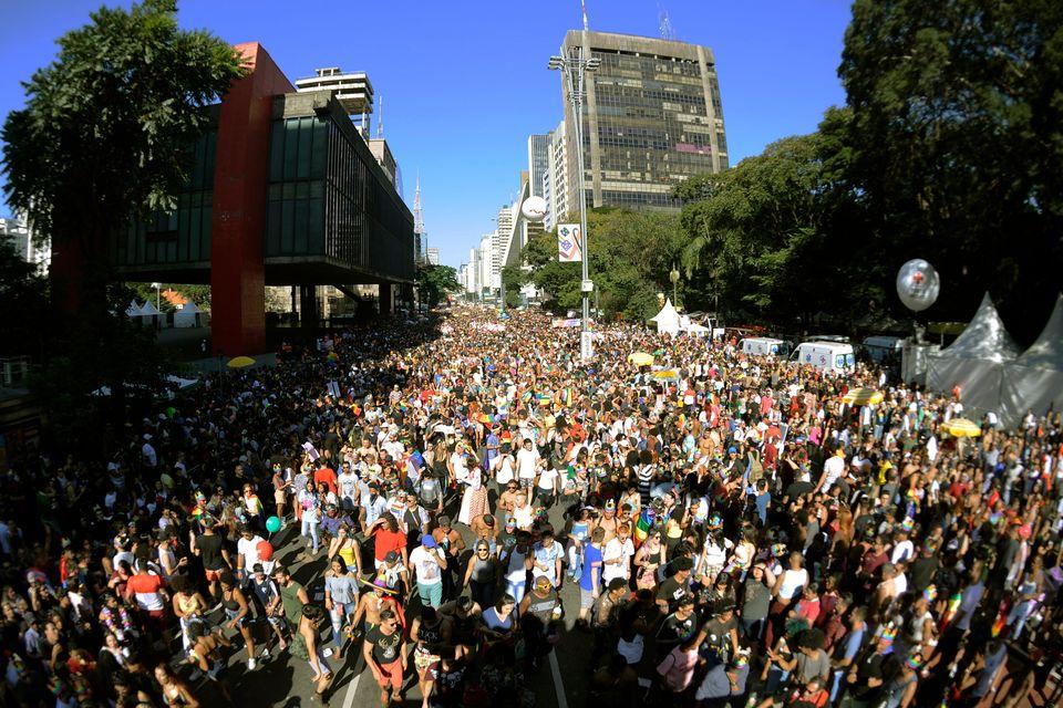 Milhares de pessoas participam da Parada do Orgulho LGBT em São Paulo, em