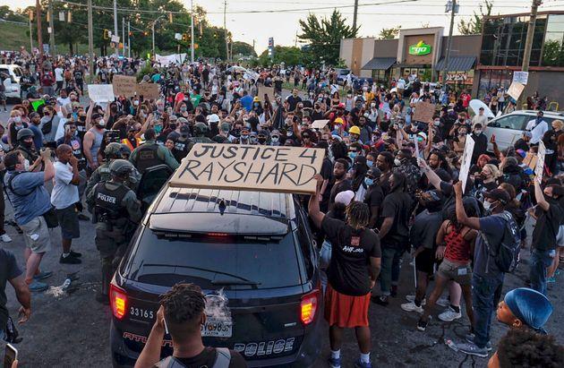 사건이 발생한 웬디스 앞에서 시위가 벌어지고 있다. 애틀랜타, 조지아주. 2020년