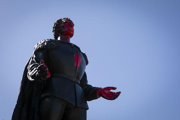 Una estatua de Cristóbal Colón atacada con pintura, en