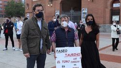 Cachondeo por lo que se ve en esta foto de Espinosa y Monasterio apoyando los toros: salta a la