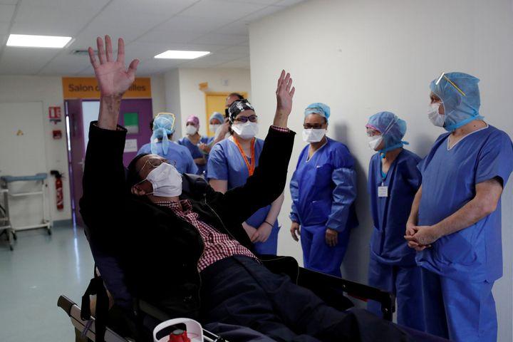Un paciente de coronavirus curado sale del hospital, en EEUU.