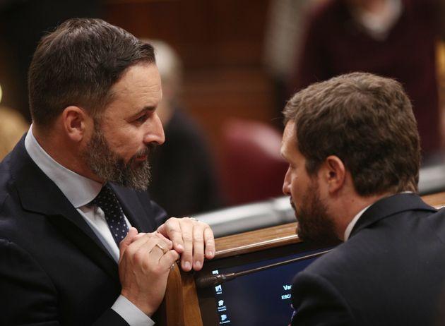 Santiago Abascal, líder de Vox, y Pablo Casado, líder del PP, charlan en el Congreso, en...