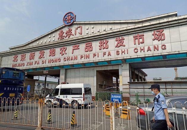 최근 중국 베이징에서 확인된 코로나19 확진자들은 모두 신파디 시장과 연관이 있는 것으로 파악됐다. 사진은 확진자 발생으로 폐쇄된 신파디 시장 앞의 모습. 베이징, 중국. 2020년
