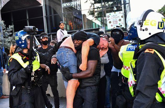 怪我をした対抗デモ参加者を運び出す、パトリック・ハッチンソンさん