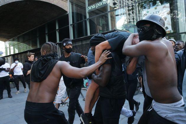 極右デモ参加者を、人種差別抗議デモ参加者が救助。「助けが必要な人を私たちは守る」