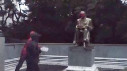 Il video della statua di Montanelli imbrattata, poi la