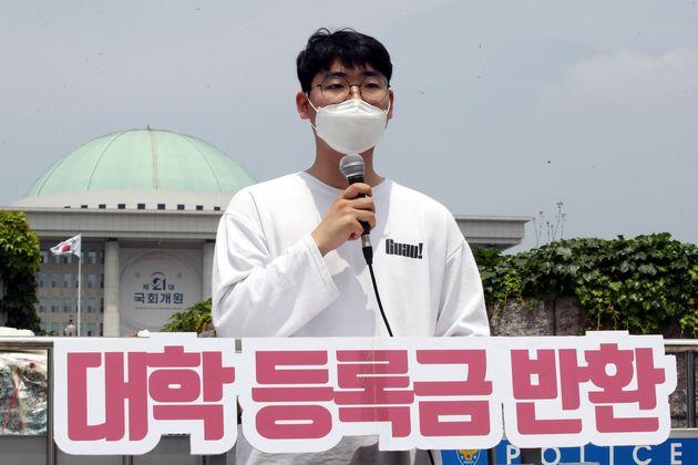 자료사진: '2030정치공동체 청년하다' 소속 대학생들이 5일 서울 여의도 국회 앞에서 신종 코로나바이러스 감염증(코로나19) 관련 대학 등록금 반환 촉구 10시간 필리버스터를 하고