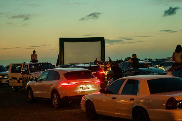 동네에 임시로 마련된 자동차극장을 찾은 사람들. 메타리, 루이지내아주. 2020년