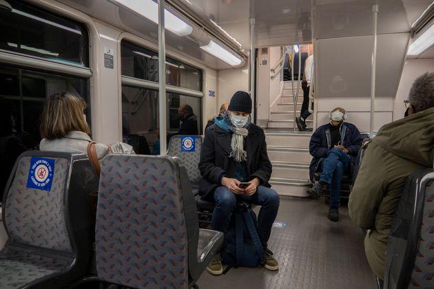Des voyageurs dans les transports en commun