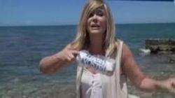 Inviata dei Fatti Vostri lancia una bottiglia di plastica in mare: è polemica.