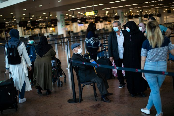 Ταξιδιώτες στο αεροδρόμιο των Βρυξελλών, στις 15 Ιουνίου. (AP Photo/Francisco Seco)