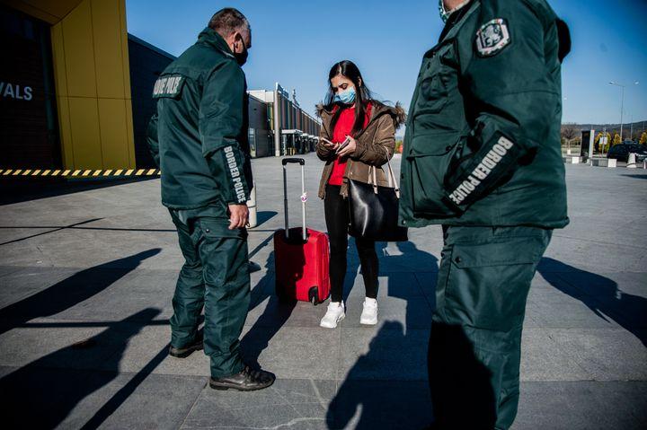 Ελεγχοι στο αεροδρόμιο της Βάρνας. (Photo by Hristo Rusev/NurPhoto via Getty Images)