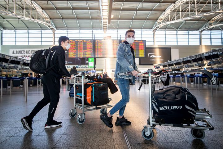 Ταξιδιώτες στο Διεθνές Αεροδρόμιο της Πράγας. (Photo by Gabriel Kuchta/Getty Images)