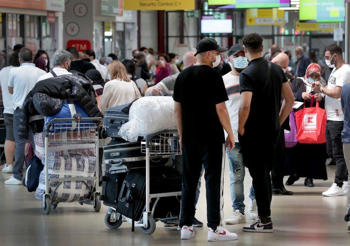 Στο αεροδρόμιο του Βερολίνου. (AP Photo/Michael Sohn).