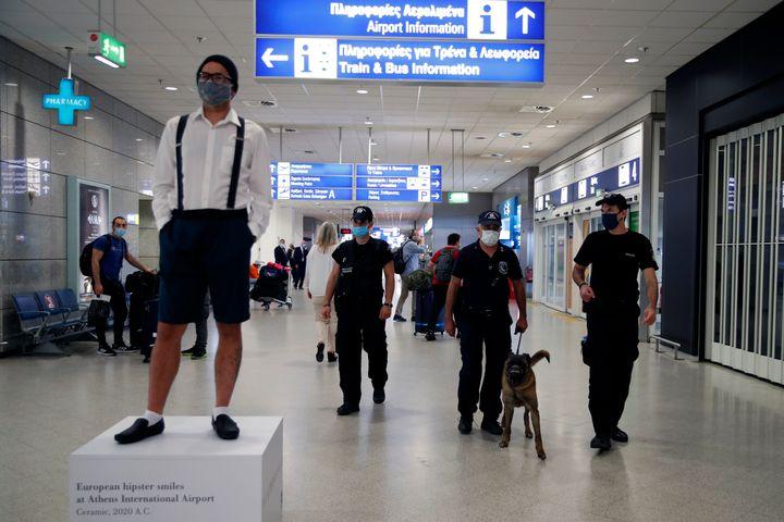 Στο Διεθνές Αεροδρόμιο Αθηνών, την Δευτέρα 15 Ιουνίου. (AP Photo/Thanassis Stavrakis).