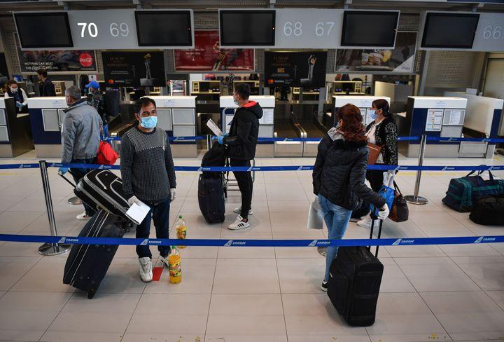 Στο αεροδρόμιο του Βουκουρεστίου. (Photo by Daniel MIHAILESCU / AFP) (Photo by DANIEL MIHAILESCU/AFP via Getty Images)