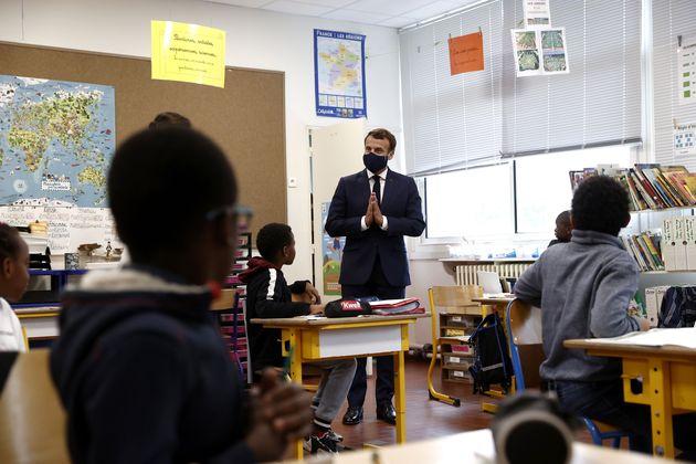 Macron visita un colegio en Poissy, al oeste de París, el 5 de