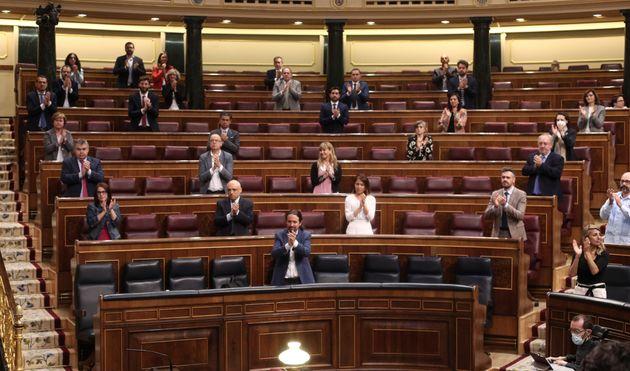 Diputados aplauden en el Congreso la aprobación del Ingreso Mínimo