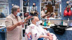 Salons de coiffure: de nombreux clients aux cheveux longs se réjouissent de leur