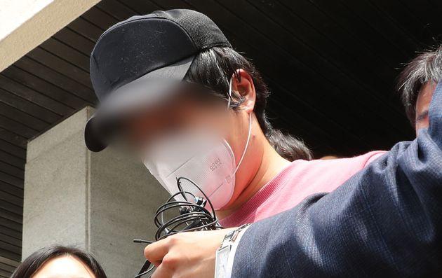 '서울역 무차별 폭행' 가해자 이모씨가 서울역 특별사법경찰대로 향하고 있다. 2020. 6.