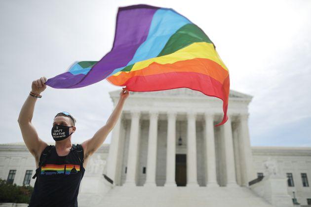 성소수자 조지프 폰즈씨가 연방대법원 앞에서 레인보우 깃발을 흔들어보이고 있다. 연방대법원은 성적지향이나 젠더 정체성에 따른 차별은 민권법 제7조에 위배된다고 판결했다. 워싱턴DC....