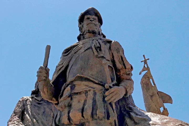 A confrontation erupted between protesters and a group of armed men who were trying to protect the statue of Juan de O&ntilde