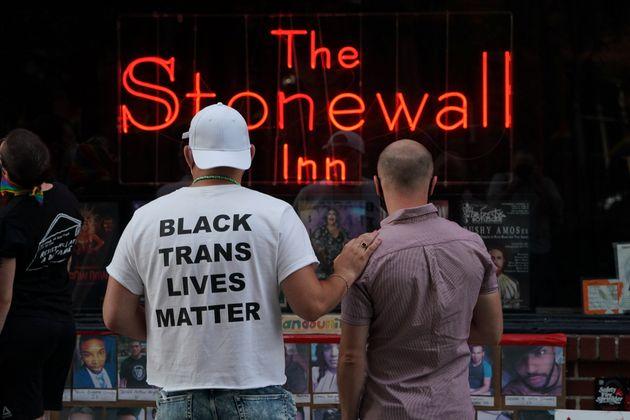 연방대법원 판결이 나온 이후 미국 성소수자 인권운동의 '성지' 스톤월 앞에 모인 사람들. 뉴욕. 2020년