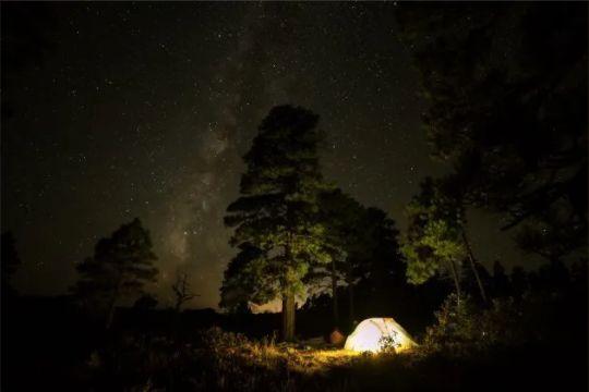S'extasier en regardant les étoiles, un bon moyen pour mettre de côté les soucis du quotidien.