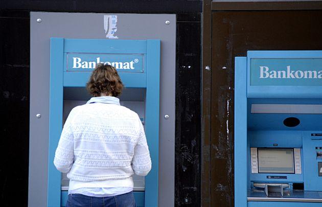 Una mujer saca dinero en el banco sueco Handelsbanken en