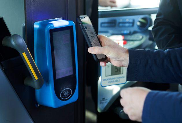 Nuevo método de pago mediante código QR en los autobuses de la empresa pública de...