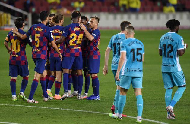 Los jugadores del Barça felicitan a Ansu Fati por su