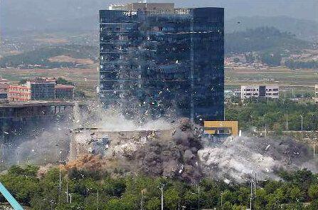 북한 노동당 기관지 노동신문은 17일 2면에 개성의 남북 공동연락사무소 폭파 현장을