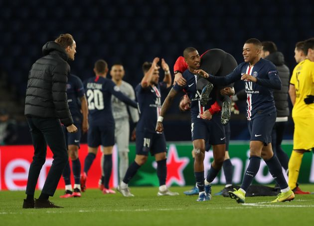 Les joueurs du PSG célébrant leur qualification en quarts de finale de la Ligue des champions...