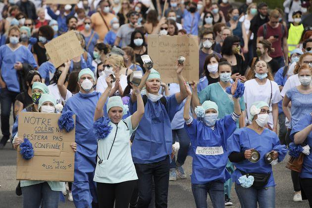 Des soignants participent à la manifestation nationale du 16 juin, ici à Strasbourg à...